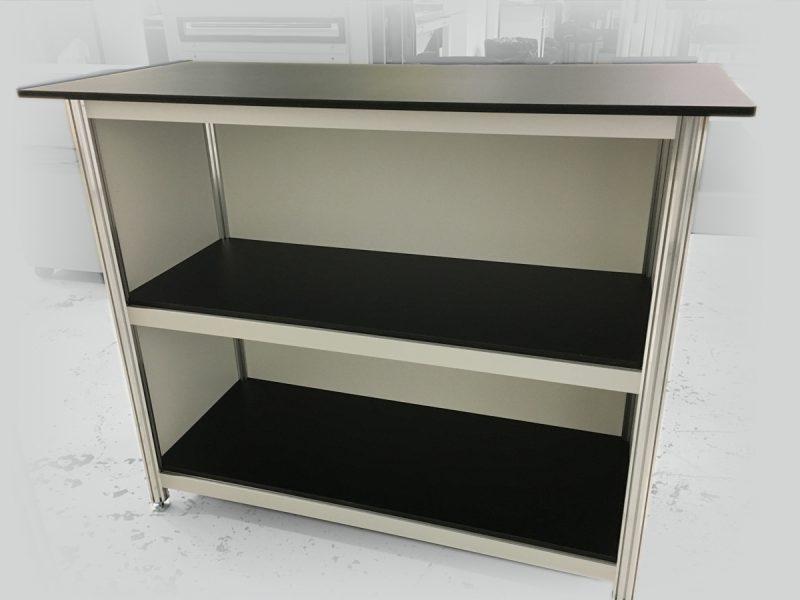 vue de coté d'un comptoir de kiosque fait en extrusion d'aluminium