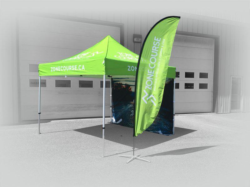 voici un ensemble de tente canopy et d'un beach flag