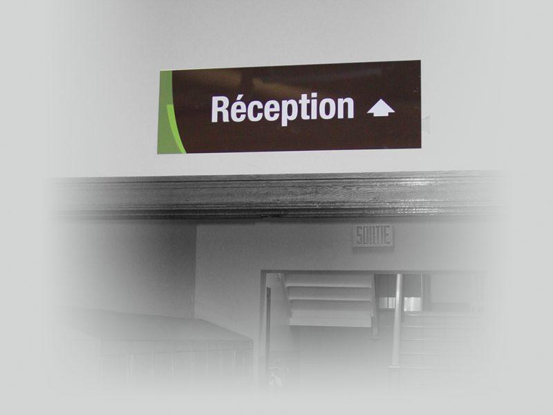 un panneau de signalisation suspendu pour la réception