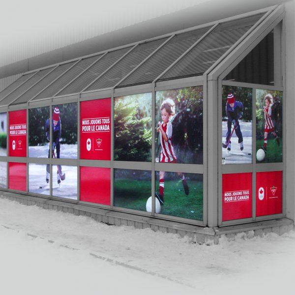 conception d'un lettrage coloré d'une vitrine de magasin