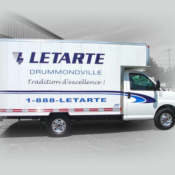 lettrage graphique d'un camion cube de 16 pieds