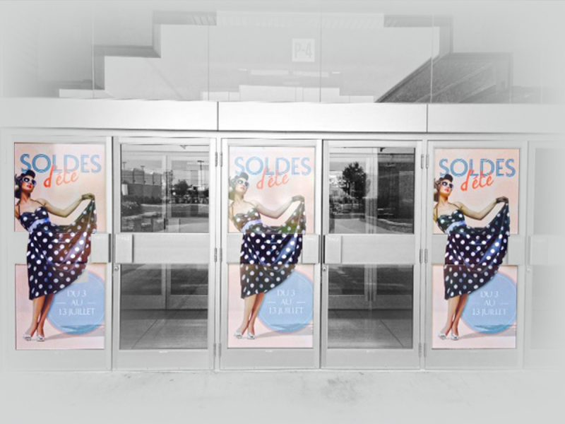installation de visuel promotionnel sur porte de centre d'achat
