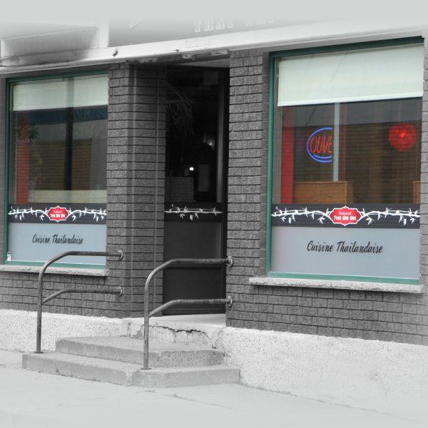 facade de restaurant avec lettrage au bas des 2 vitres
