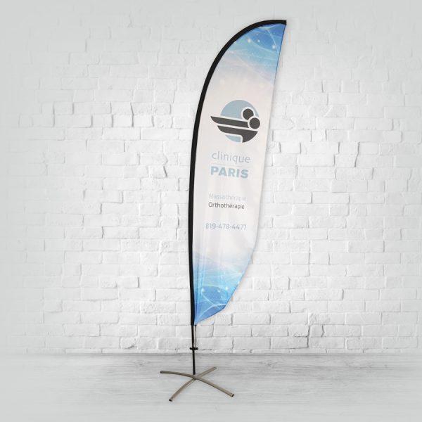 voici un drapeau en forme de plume du type beach flag