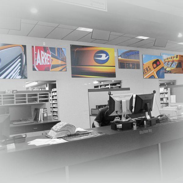 décor de magasins constitué de panneaux muraux de leurs porduits