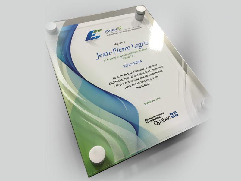 un modèle de plaque souvenir fabrique à l'aide d'acrylique, d'aluminium et d'espaceur
