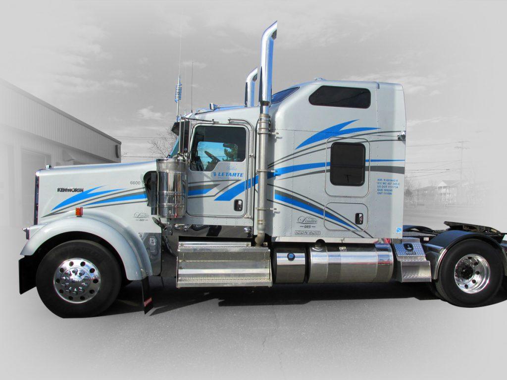 conception et installation d'un lettrage wrap pour un camion