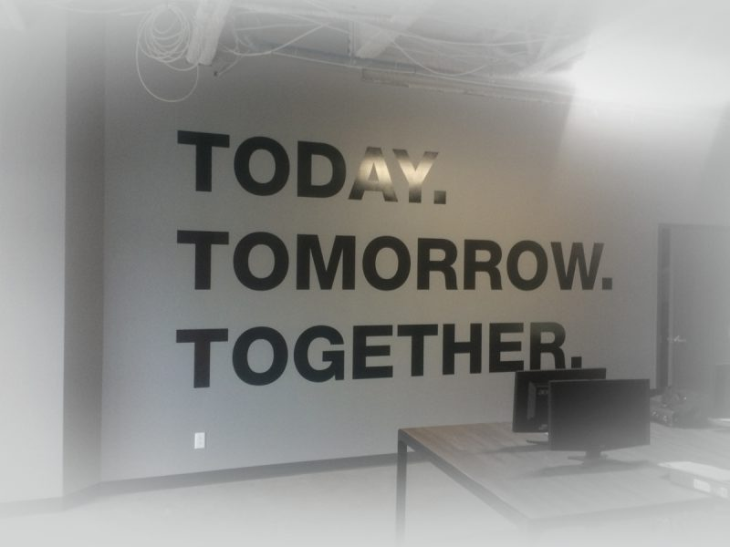 décor mural d'entreprise constitué de mots découpés en vinyls noir